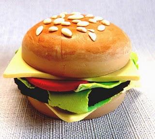 ¿Cómo hacer una hamburguesa de arcilla de adorno?